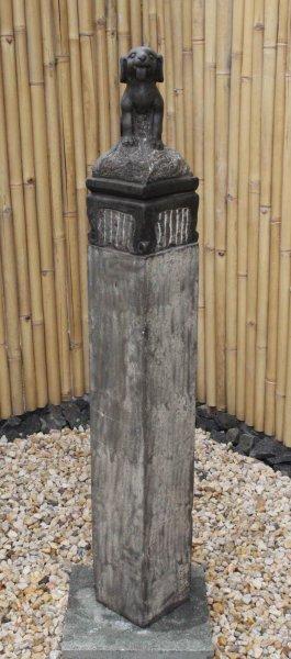 Große Garten Stele aus Stein mit Hund - 150cm