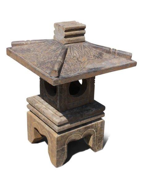 Asiatische Steinlaterne im Bambus Design