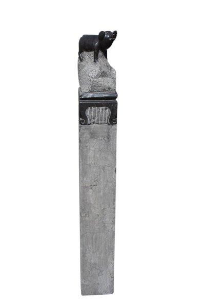 Große Stele aus Stein mit Schwein