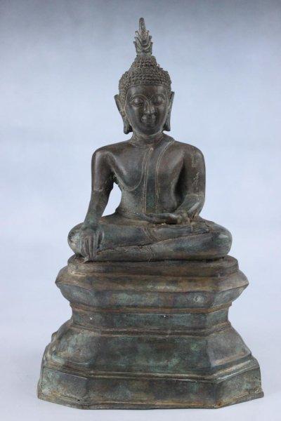 Siddharta Gautama Buddha Figur auf Podest