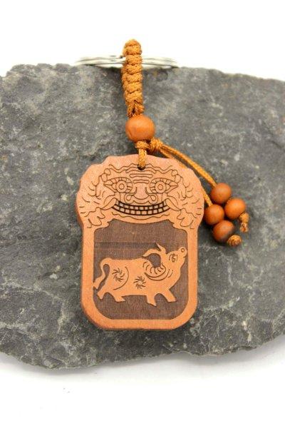 Büffel Schlüsselanhänger aus Rosenholz - Tierkreiszeichen
