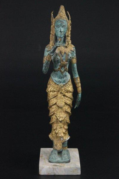 Thailändische Tempelwächterin auf Marmorsockel