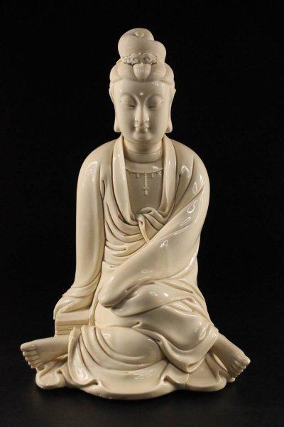 Kwan Yin Buddha Figur aus Dehua Porzellan